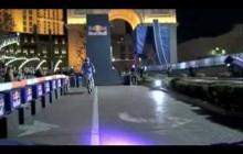 Robbie Maddison saute l'arc de Triomphe